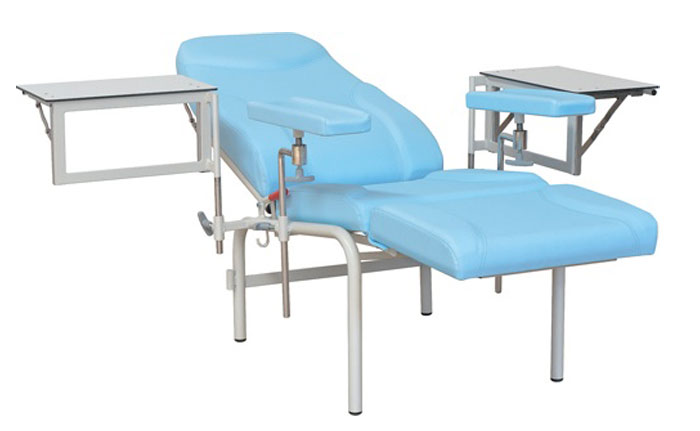 Blutentnahmestuhl mit Tischen